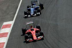 Kimi Raikkonen, Ferrari SF15-T et Marcus Ericsson, Sauber C34