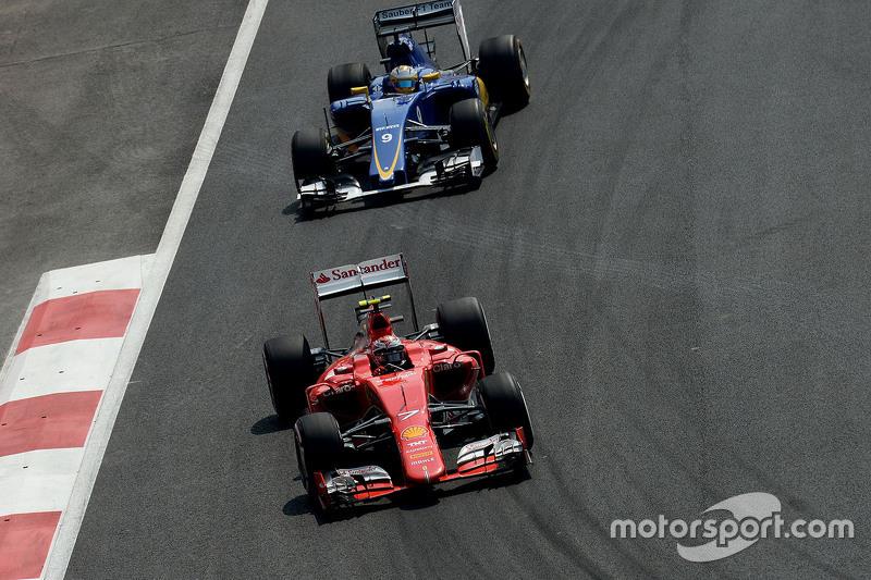 Kimi Raikkonen, Ferrari SF15-T y Marcus Ericsson, Sauber C34