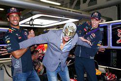 Daniel Ricciardo, Red Bull Racing, und Daniil Kvyat, Red Bull Racing, mit dem mexikanischen Wrestler