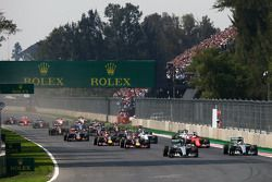 Start: Nico Rosberg, Mercedes AMG F1 W06 aan de leiding