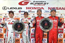 Race winnaars GT500 Tsugio Matsuda, Ronnie Quintarelli met race winnaars GT300 Kazuki Hoshino, Mitsu