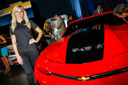 Courtney Force avec la 2016 Gen Six COPOChevrolet Camaro