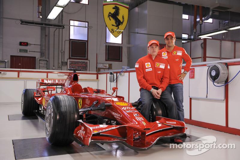Kimi Raikkonen ve Felipe Massa pose ve yeni Ferrari F2008
