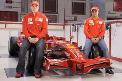 Kimi Raikkonen y Felipe Massa posan con la nueva Ferrari F2008