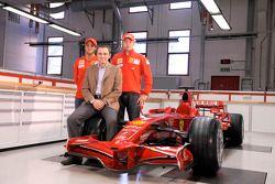 Kimi Raikkonen, Felipe Massa ve Stefano Domenicali pose ve yeni Ferrari F2008