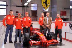 Kimi Raikkonen, Felipe Massa, Stefano Domenicali ve takım elemanları pose ve yeni Ferrari F2008