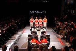 Gary Paffett, Heikki Kovalainen, Lewis Hamilton y Pedro de la Rosa posan con el nuevo McLaren Merced