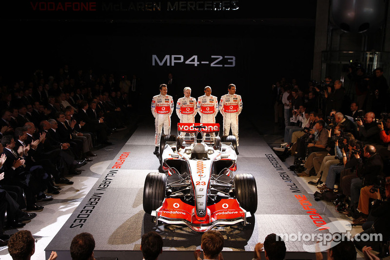 Gary Paffett, Heikki Kovalainen, Lewis Hamilton ve Pedro de la Rosa pose ve yeni McLaren Mercedes MP4-23