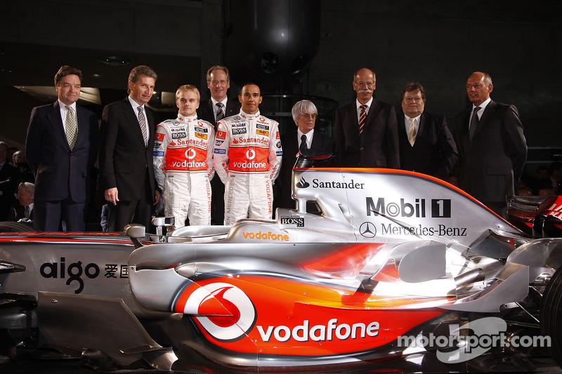 Lewis Hamilton, Heikki Kovalainen, Ron Dennis, Norbert Haug, Bernie Ecclestone ve McLaren Mercedes takım elemanları pose ve yeni McLaren Mercedes MP4-23