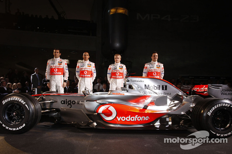 Gary Paffett, Lewis Hamilton, Heikki Kovalainen ve Pedro de la Rosa pose ve yeni McLaren Mercedes MP4-23