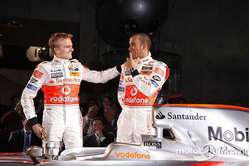 Heikki Kovalainen ve Lewis Hamilton pose ve yeni McLaren Mercedes MP4-23