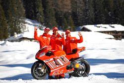 Марко Меландри, Кейси Стоунер и Витториано Гверески позируют с Ducati Desmosedici GP8