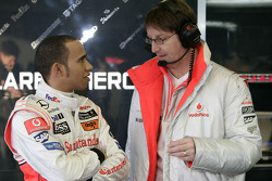Льюис Хэмилтон говорит с инжинером McLaren