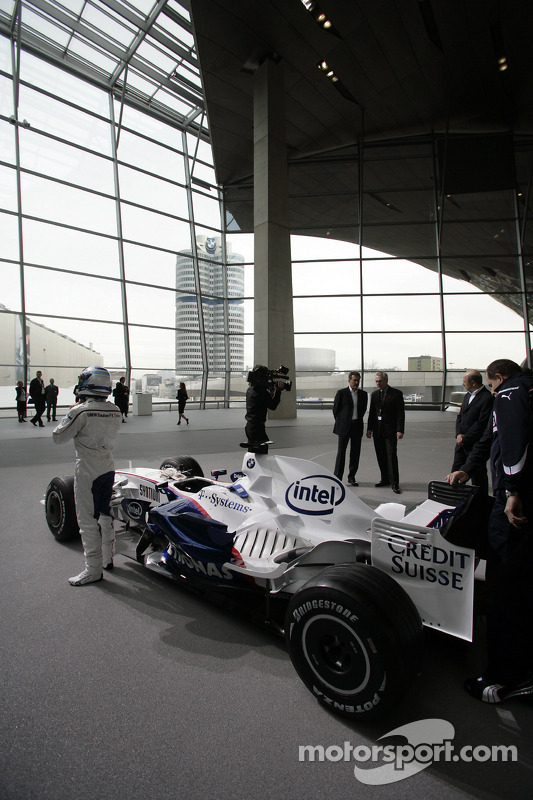 Nick Heidfeld fährt den BMW-Sauber F1.08 durch die BMW-Welt