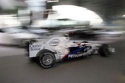 Nick Heidfeld conduce el BMW Sauber F1.08 en un aparcamiento