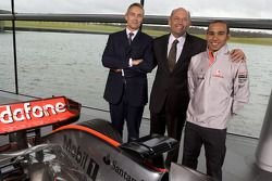 Lewis Hamilton ve Martin Whitmarsh ve Ron Dennis