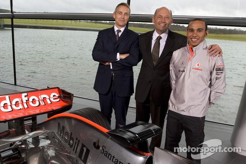 Lewis Hamilton posa con Martin Whitmarsh y Ron Dennis