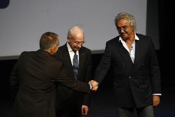 Питер Уиндзор жмет руку Флавио Бриаторе, управляющий директор, Renault F1, и Бернард Рей