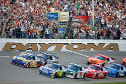 Start: Jimmie Johnson and Michael Waltrip lead the field