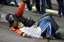 Des fans profitent de la piste avant la course