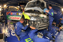 Ford Focus RS WRC Яри-Матти Латвалы во время серьёзного ремонта