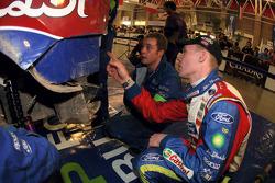Яри-Матти Латвала показывает эксперу команды на что нужно обратить внимание в задней части его автом