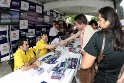 Autograph signing in the streets of Curitiba, Tiago Monteiro, SEAT Sport, SEAT Leon TDI, Jordi Gene, SEAT Sport, SEAT Leon TDI