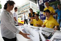Autograph signing in the streets of Curitiba, Jordi Gene, SEAT Sport, SEAT Leon TDI, Tiago Monteiro, SEAT Sport, SEAT Leon TDI