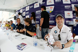 Andy Priaulx, BMW Team UK, BMW 320si WTCC, Autograph signing in the streets of Curitiba