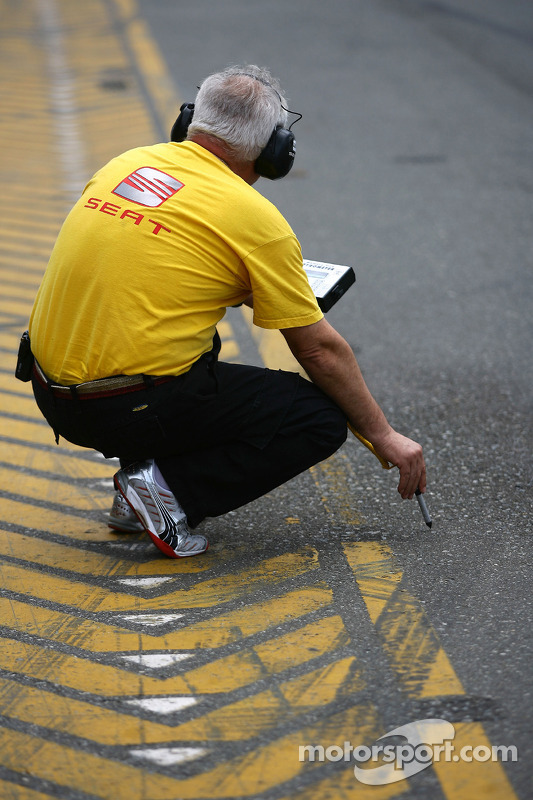A Yvan Muller, SEAT Sport, engineer checks the track temperature