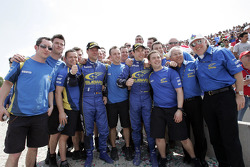 Segundo lugar finalistas Chris Atkinson y Stéphane Prévot celebrar con Subaru World Rally Team