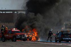 Incendio sulla #94 Speedy Racing Team Spyker C8 Laviolette GT2R: Philippe Camandona, Andrea Chiesa,