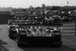 Les voitures attendent de prendre la piste