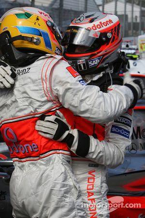 Ganador de la pole Lewis Hamilton, McLaren Mercedes y el tercero Heikki Kovalainen, McLaren Mercedes