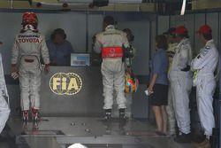 Timo Glock, Toyota F1 Team ve Lewis Hamilton, McLaren Mercedes FIA garajı to get weighed