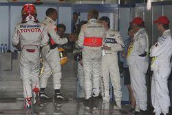 Timo Glock, Toyota F1 Team ve Lewis Hamilton, McLaren Mercedes FIA garajı to get weighed, Robert Kub