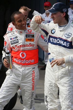 Ganador de la pole Lewis Hamilton, McLaren Mercedes, segundo puesto Robert Kubica, BMW Sauber F1 Tea