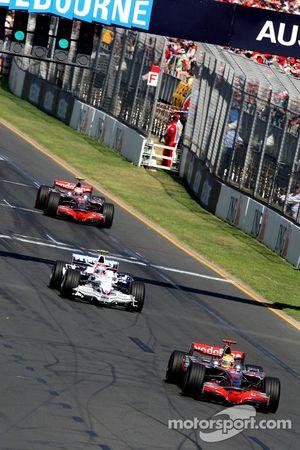 Льюис Хэмилтон, McLaren Mercedes, MP4-23, едет впереди Роберта Кубицы, BMW Sauber F1 Team, F1.08