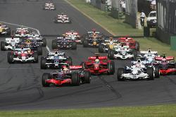 Départ : Lewis Hamilton, McLaren Mercedes, MP4-23 devant Robert Kubica, BMW Sauber F1 Team, F1.08 et Heikki Kovalainen, McLaren Mercedes, MP4-23