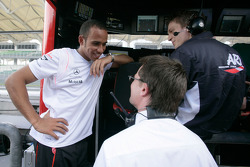 Lewis Hamilton, Champion GP2 Series 2006, discute avec les membres de son ancienne équipe ART Grand Prix