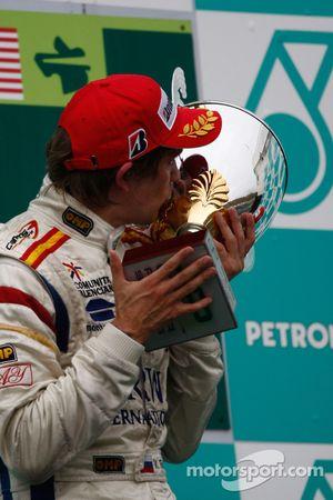 Vitaly Petrov fête la victoire sur le podium