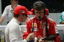 Kimi Räikkönen, Scuderia Ferrari et Chris Dyer, Scuderia Ferrari, Ingénieur de piste de Kimi Raikkonen