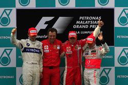 Podium: race winner Kimi Raikkonen, second place Robert Kubica, third place Heikki Kovalainen, Stefa