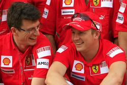 Team celebration: Yarış galibi Kimi Raikkonen kutlama yapıyor ve Scuderia Ferrari takım elemanları