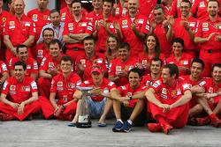 Team celebration: Yarış galibi Kimi Raikkonen kutlama yapıyor ve Felipe Massa ve Scuderia Ferrari ta