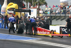 Luigi Novelli being pushed back by crew & Powerade officials after losing power on burnout