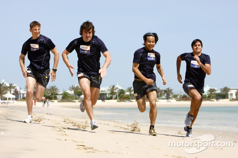 Renault F1 kampı Bahreyn: Romain Grosjean, Renault R28, Fernando Alonso, Renault R28, Sakon Yamamoto, Renault R28 ve Nelson A. Piquet, Renault R28
