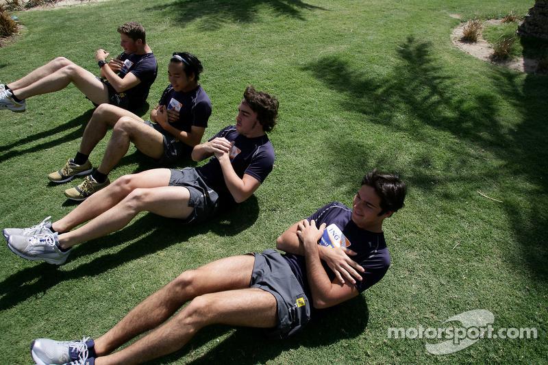 Renault F1 kampı Bahreyn: Romain Grosjean, Renault R28, Sakon Yamamoto, Renault R28, Fernando Alonso, Renault R28 ve Nelson A. Piquet, Renault R28