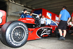 Car of Bruno Junqueira is inspected