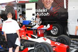 Car of Hideki Mutoh is unloaded